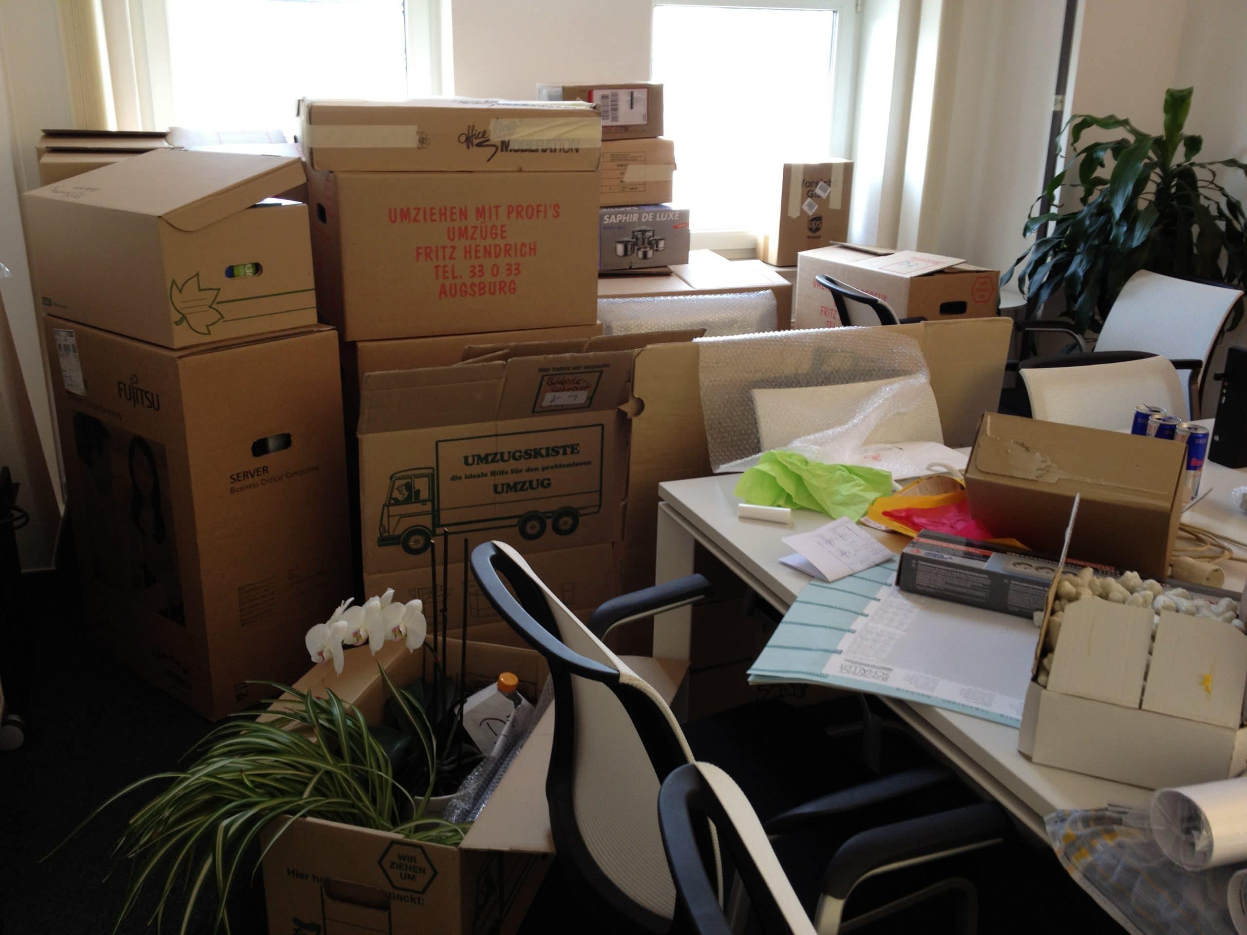 """Willkommen im Chaos: Trotz der """"Unglückzahl"""" Freitag der 13., ging beim Umzug in die neuen (und viel größeren) Büroräume alles glatt."""