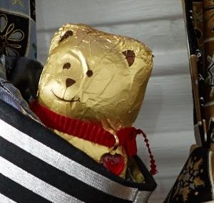 Zwei goldige Bären, aber nur ein Platz im Regal? So sieht's zumindest Haribo und wettert im letzten Teil der Marken-Meckerei gegen den Lindt-Schoko-Teddy!