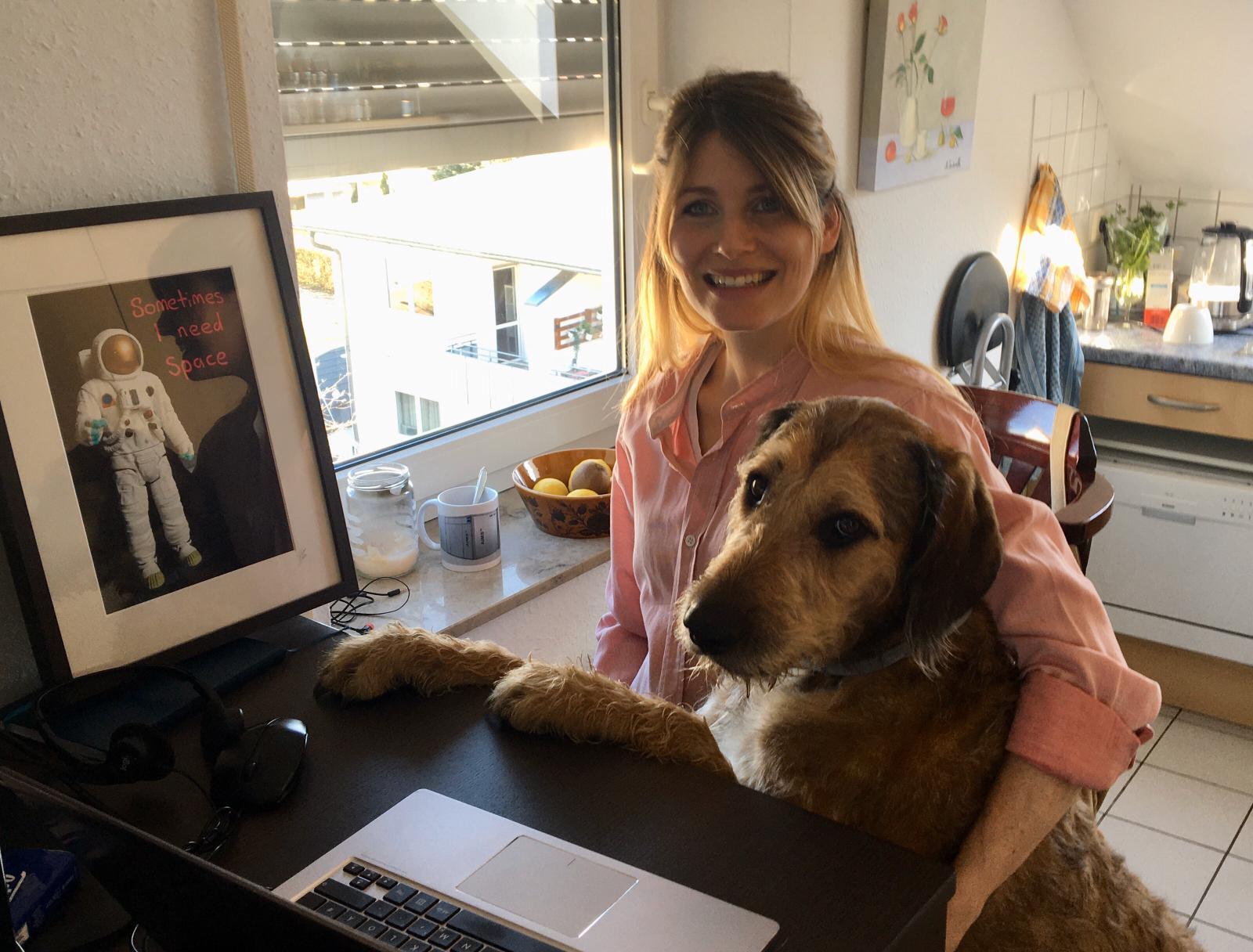 Manchmal lassen mich Bilder aus dem Homeoffice von Mitarbeitern sogar kurz Schmunzeln. Wie dieses Foto von Produkt- und Online Marketing Managerin Julia und ihrem Hund Tayo.