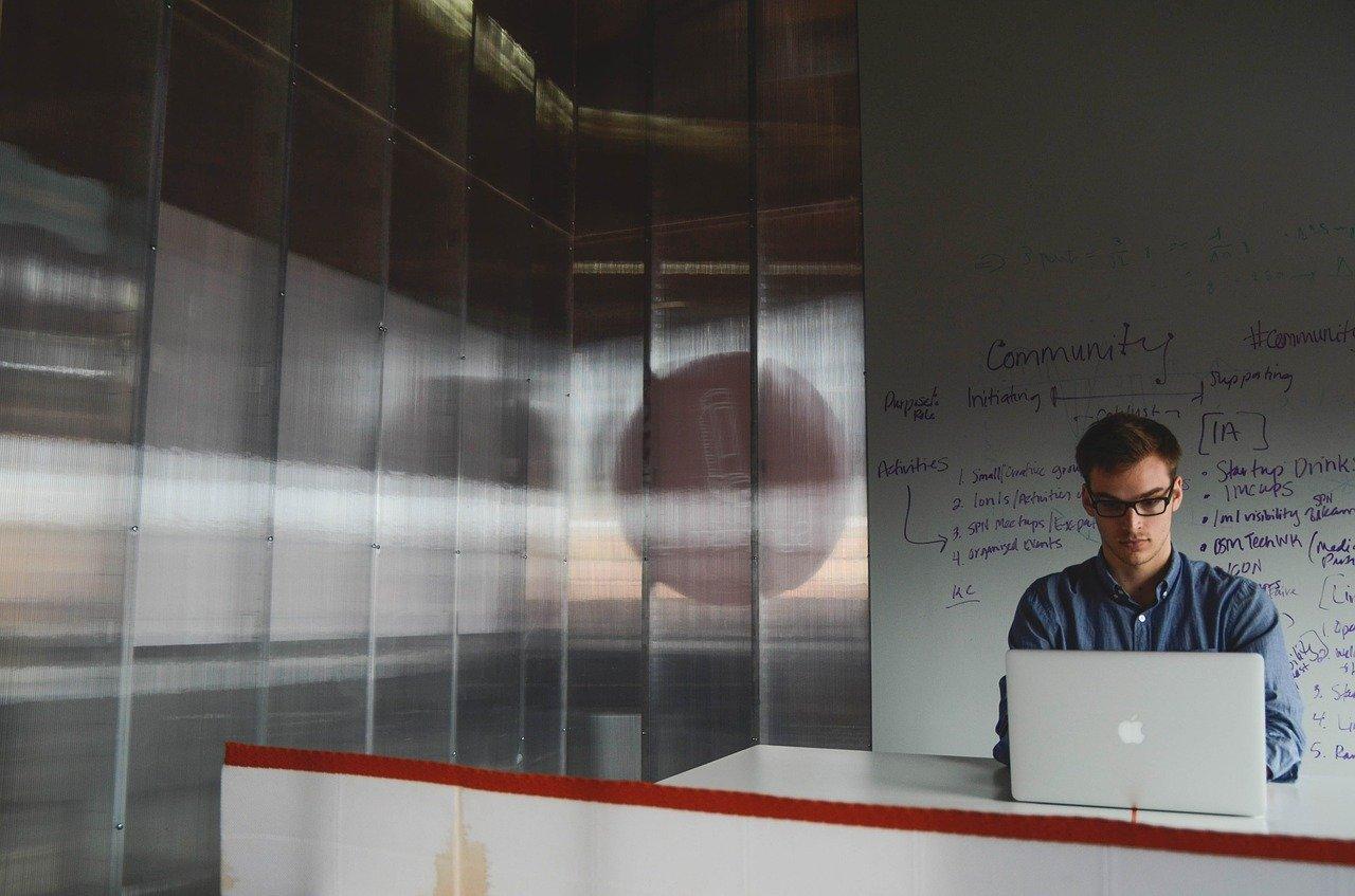Wie kommst du als Freelancer am besten durch Krisenzeiten? Unser Experte gibt seine besten Krisen-Tipps im Interview.